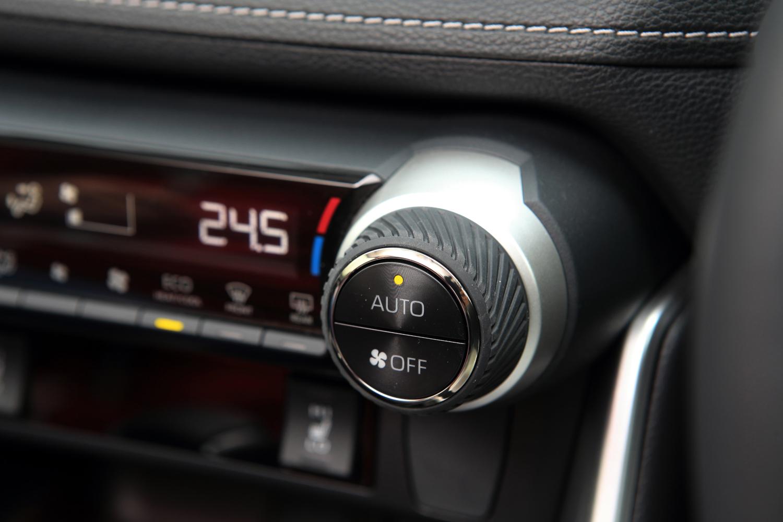 エアコンの温度調整ダイヤルには溝を切ったラバーが巻かれている。