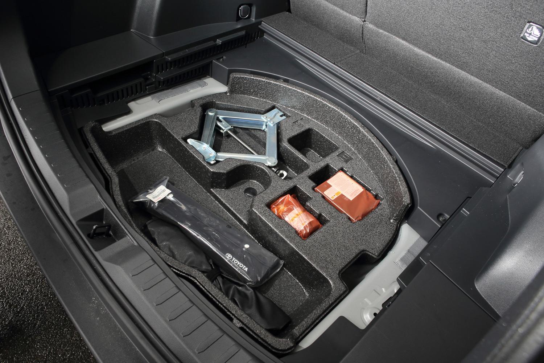 デッキボードの下にはパンク修理キットが収納される。スペアタイヤは全車でオプション扱いとなる。