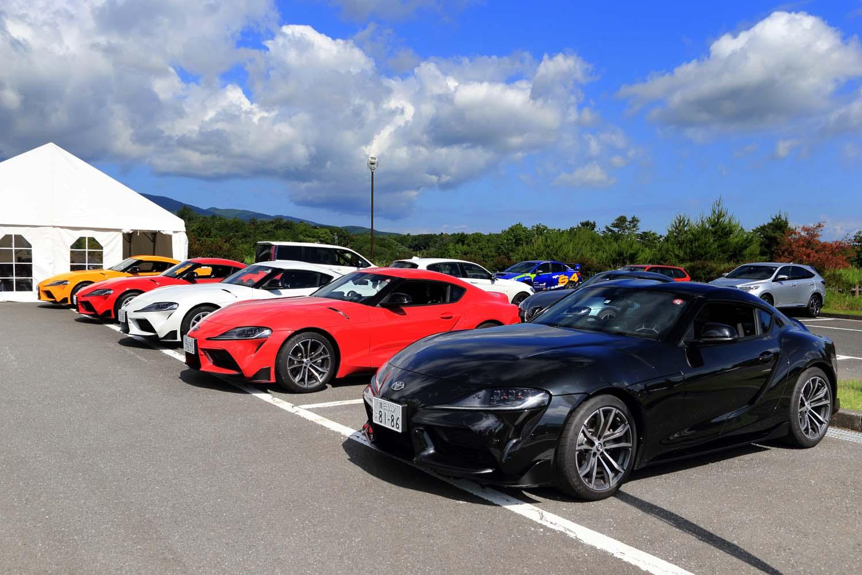 試乗会場となった伊豆・修善寺のホテル駐車場に並んだ新型「トヨタ・スープラ」。ボディーカラーは全8色がラインナップされる。