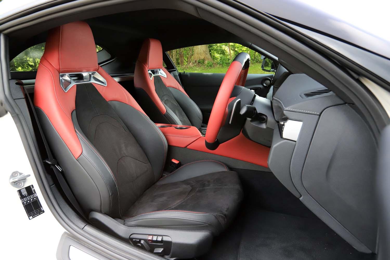 「RZ」(写真)と「SZ-R」には、本革とアルカンターラをあしらったスポーツシートが装着される。なお、過去の「スープラ」とは異なり、全車後席を持たない2シーター仕様となる。