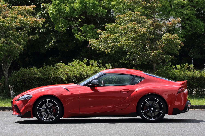 長いノーズと小さなキャビンは、FRのスポーツカーであることを印象づける。ホイールベースは2470mmで「86」のものより100mmも短い。
