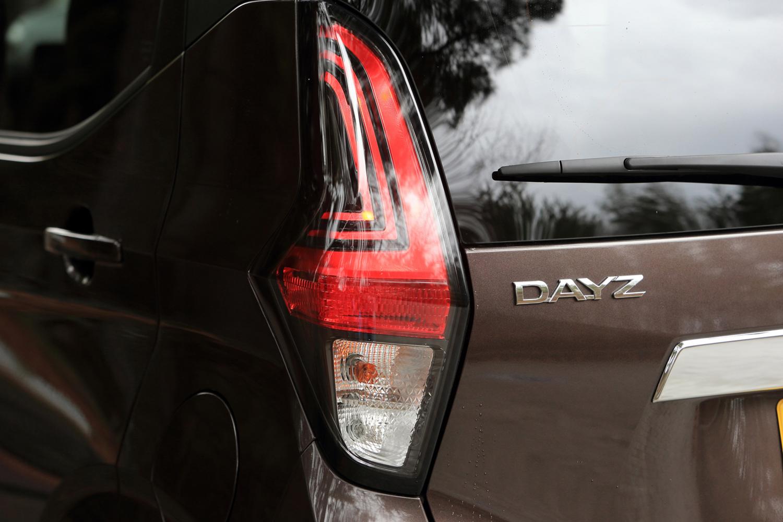 L字を重ねたデザインのテールライト。「ハイウェイスター」ではレンズ周囲が黒色で縁取られ、標準モデルでは赤色に変更される。