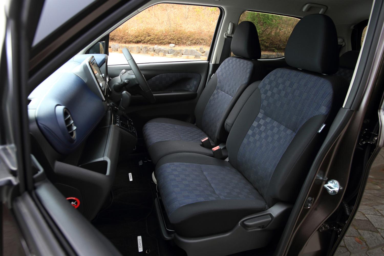 モノグラム調エンボス加工が施されたシート表皮は「ハイウェイスター」専用のデザイン。