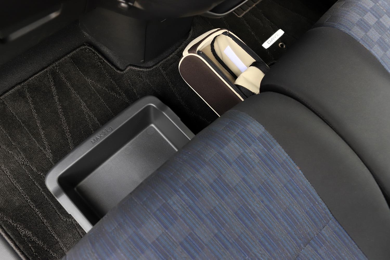 前席まわりに用意された16カ所にもおよぶ収納スペースも新型「デイズ」の特徴。さらにオプションで、シート下から引き出す際にフタが開くダブルファスナー式開口部を持つシートアンダードロー(写真右上)も用意されている。