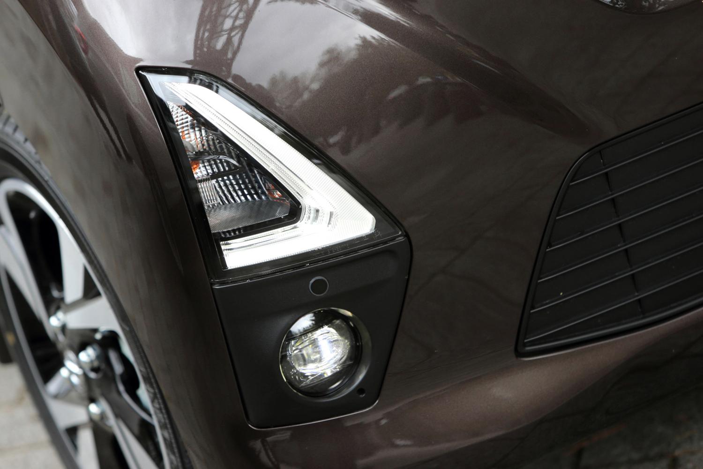 LEDヘッドライトとともに、日産がエコーパターンのシグネチャーランプと呼ぶL字型のLEDポジションライトは「ハイウェイスター」の専用アイテム。その下部に組み込まれる白色のフォグライトはディーラーオプションとなる。