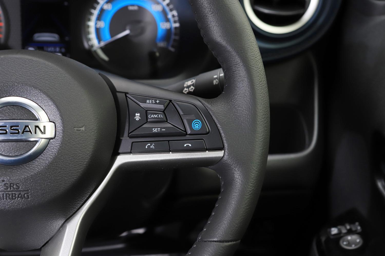 本革巻きステアリングホイール右側スポーク部に「プロパイロット」の操作スイッチを集中配置。しかしスイッチは小さく、操作しやすいとはいえない。