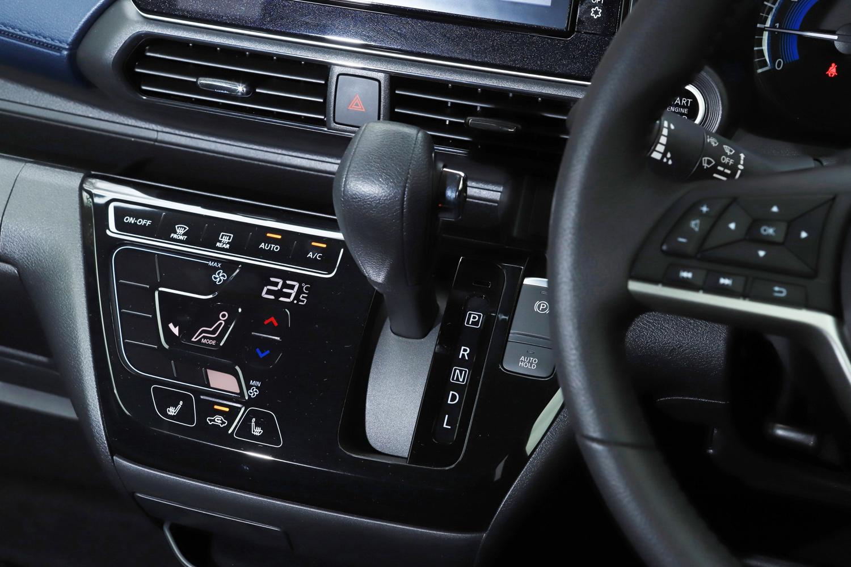 エアコンの操作パネルには、直観的に操作しやすいデザインを採用。先代モデルよりもシフトレバーをドライバー寄りに配置し、操作しやすく工夫しているという。試乗車に装備されていた前席シートヒーターは、FF車では寒冷地仕様に組み込まれるオプションで、4WD車では全車寒冷地仕様(シートヒーター標準装備)となる。