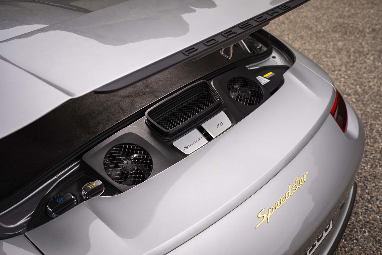 「911スピードスター」には、「911 GT3」や「911R」由来の自然吸気4リッターエンジンが搭載される。写真のように、フードを開けてもエンジン本体は目視できない。
