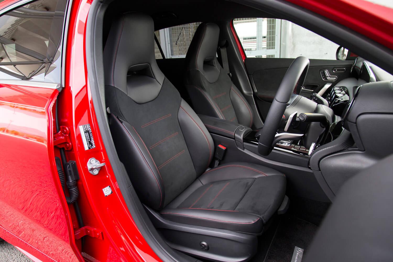 「AMGライン」をチョイスした試乗車には、ヘッドレスト一体型の「レザーDINAMICAシート」(写真)が装着される。