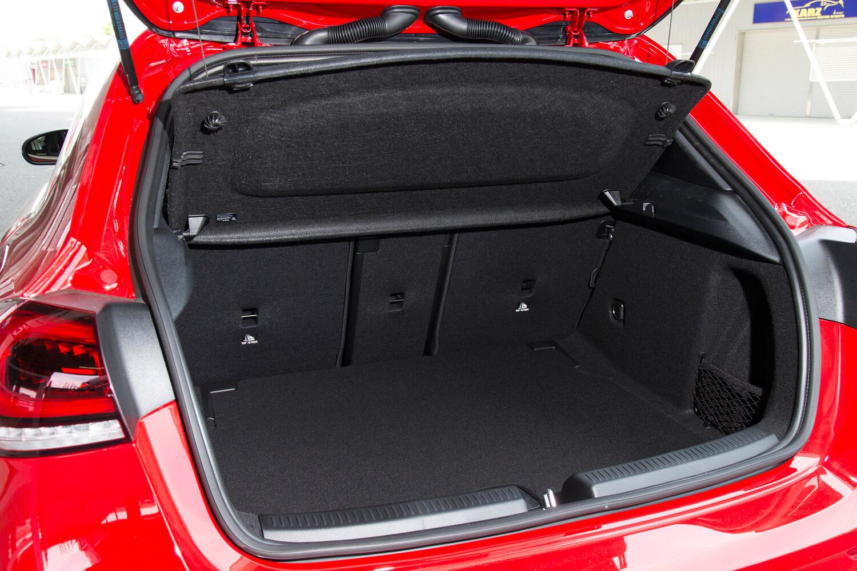 荷室の容量は370~1210リッター。40:20:40分割式の後席を倒すことで積載量を調節できる。