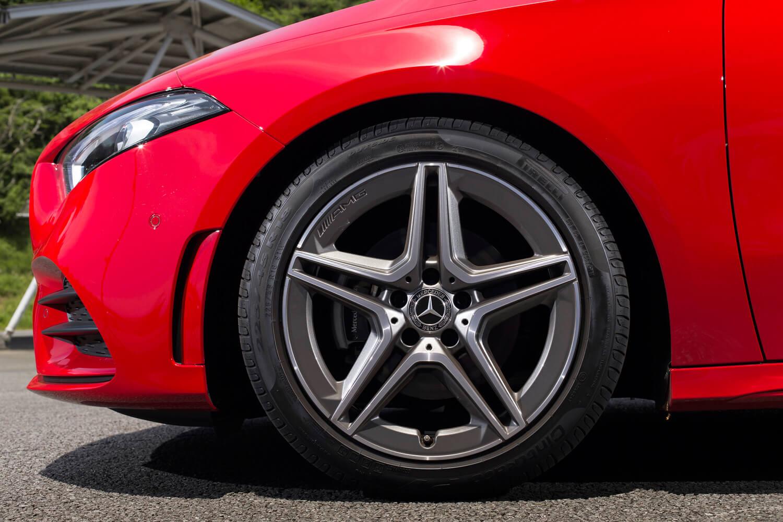 オプション「AMGライン」を選択した試乗車には、5スポークの18インチホイールと225/45R18サイズのタイヤが装着されていた。標準モデルのタイヤサイズは205/60R16。