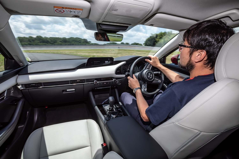 ドライビングポジションでは、体の上下方向中心線と同一線上にステアリングホイールのセンターがあり、なおかつその中心線の左右対称となる位置に、アクセルペダルとフットレストが配置されている。