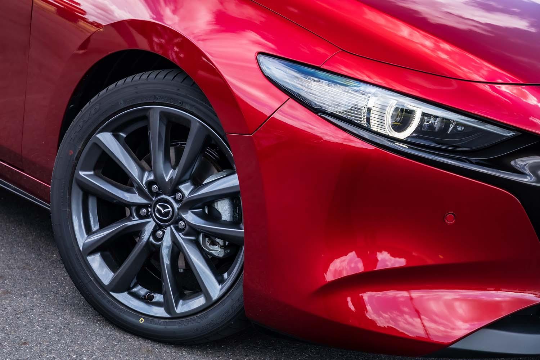 試乗車の「Lパッケージ」グレードには、グレーメタリック塗装の10本スポークデザインアルミホイールと215/45R18サイズの「トーヨー・プロクセスR51A」タイヤが装着されていた。タイヤは「マツダ3」との専用開発品になる。