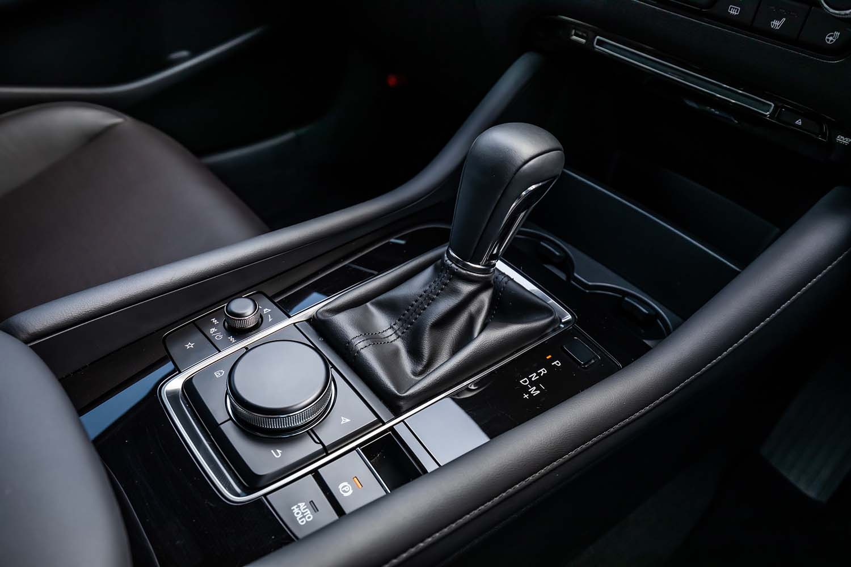 試乗した2リッター直4ガソリンと1.8リッター直4ディーゼルターボの両エンジン車では、6段ATのみが設定されている。