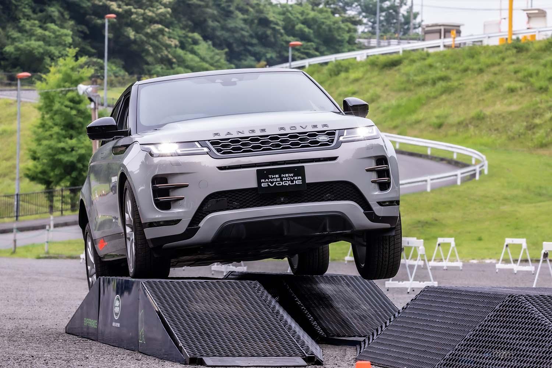 新型「イヴォーク」の走破性をテラポッドでテストする。「テレインレスポンス2」が標準装備されており、路面の状況を検知してエンジンやトランスミッション、サスペンションなどを自動で最適に制御する。