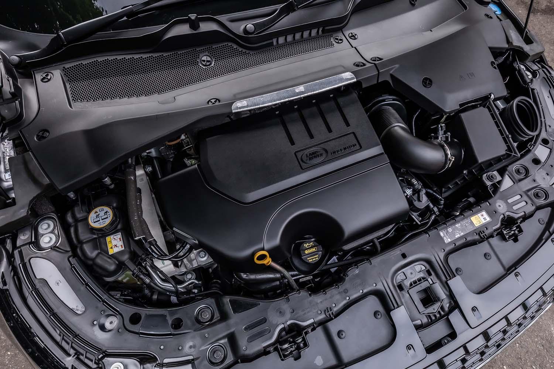 シリーズトップとなる最高出力300ps、最大トルク400Nmを発生させる2リッター直4ガソリンターボエンジン。2代目「イヴォーク」では、搭載エンジンの種類に関わらず、トランスミッションは全車9段ATが組み合わされている。