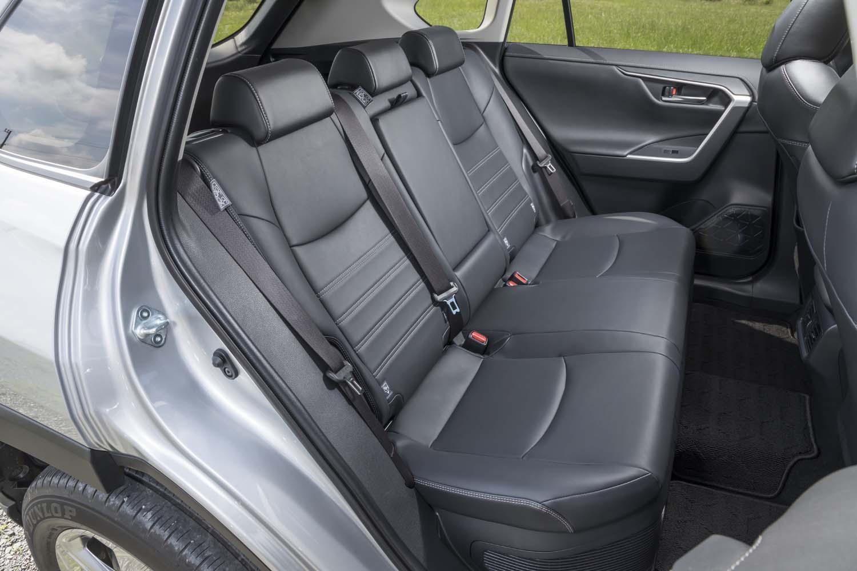 後席空間はご覧の広さ。同じ「GA-Kプラットフォーム」を使う「トヨタ・カムリ」や「レクサスES」にもヒケを取らない。