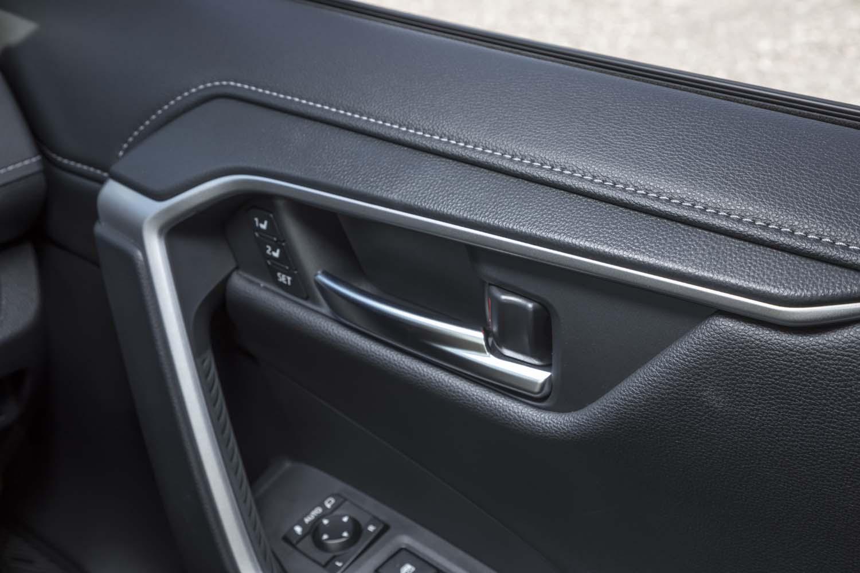 「RAV4」のインテリアには、ドアのグリップ(写真)やエアコンの温度調整ダイヤル、バックゲートのクローズボタンなど、いたるところにラバー素材が採用されている。