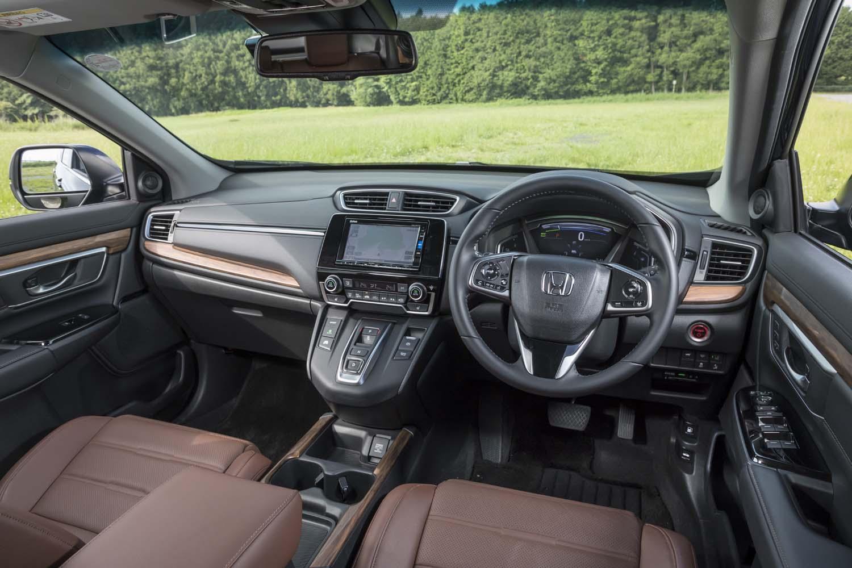 「CR-V」のインテリアは、ハードな樹脂パネルにウッド調パネルを組み合わせた、アウトドア感の強いデザインとなっている。