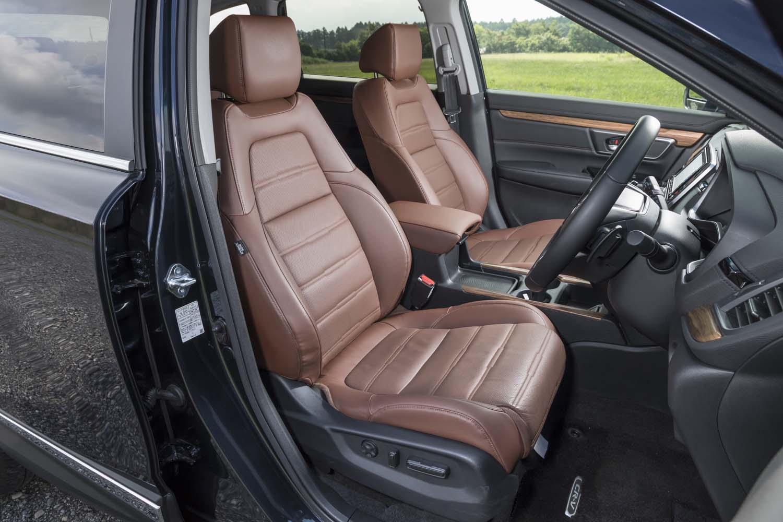 「ハイブリッドEX・マスターピース」では本革シートが標準装備。「RAV4」と比べるとサイドサポートは控えめだが、座り心地はしっかりとしている。