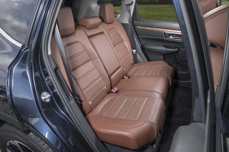 「CR-V」の後席空間も広々としてルーミーだ。先代モデルよりも足元空間を広げたり、シートバックを長くしたりして居住性を高めている。ガソリンモデルには3列目シートの用意もある。