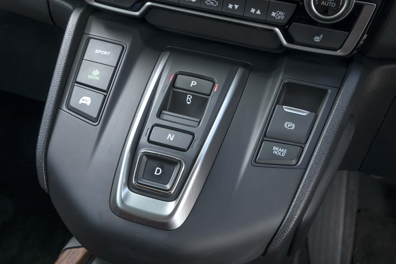 「CR-V」のハイブリッド車にはボタン式のシフトセレクターを採用する(ガソリン車はレバー式)。