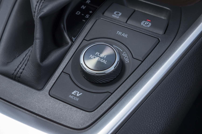 ドライブモードセレクターの前方には「TRAILモード」のスイッチがレイアウトされる。同モードでは空転したタイヤを制動して反対側のタイヤにトルクを配分することで、スタック状態から脱出しやすくなる。