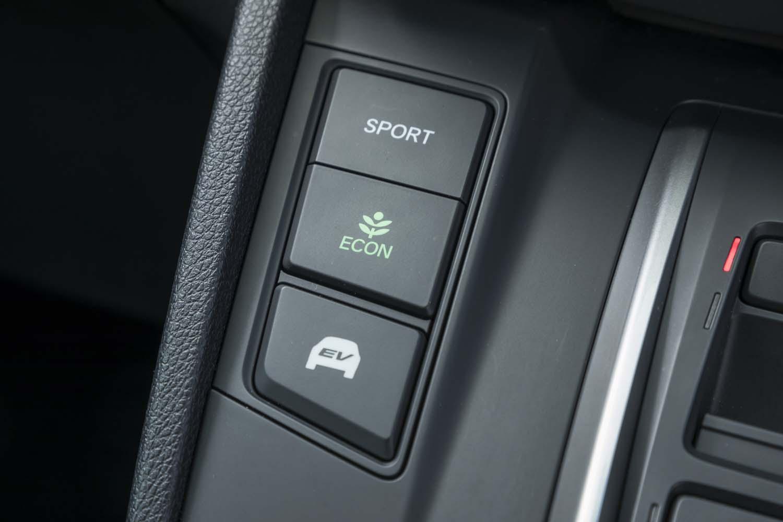 「CR-V」には「スポーツ」「エコ」「EV」の3つのドライブモードが用意される。4WDシステムを手動で制御する機構は備わっていない。