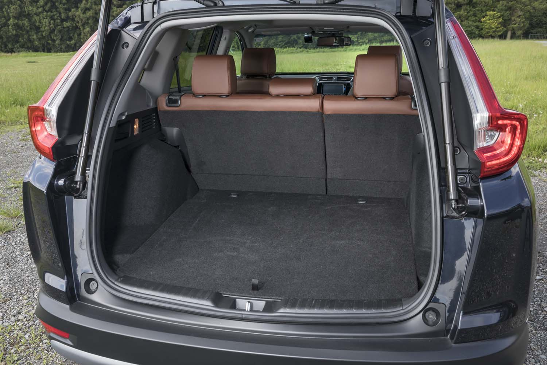 「CR-VハイブリッドEX・マスターピース」は、荷室側面のレバー操作で後席の背もたれを倒すことができる。