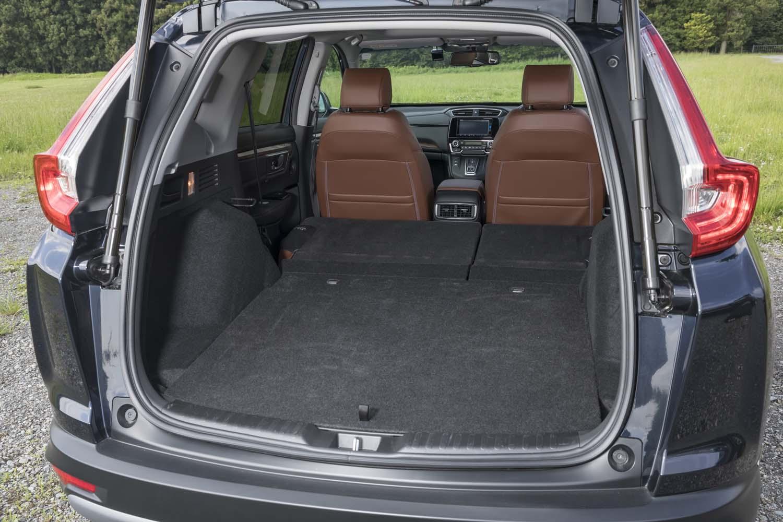 後席の背もたれをすべて倒すと、ほぼフラットといえる空間が広がる。低床設計と相まって使い勝手がいい。