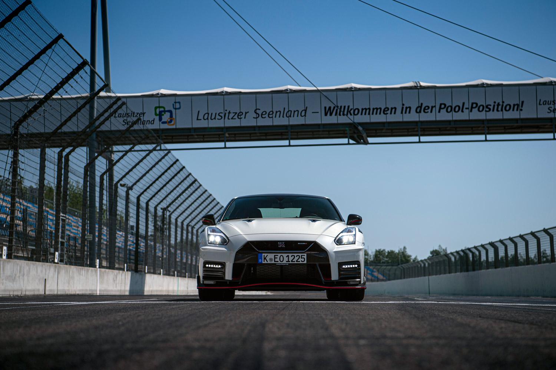 2020年型の「GT-R NISMO」について、日産は「特長はトータルバランスの高さ」「超高速での走行安定性をさらに高め、サーキットでの走行性能も大幅に向上させた」と説明している。