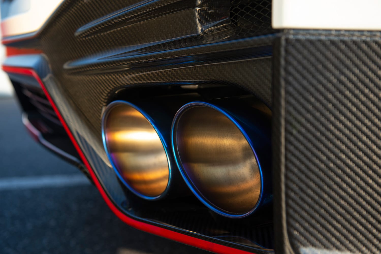 従来モデルよりサウンドがより強調されるようになったというチタン製エキゾーストシステム。手作業で加工したという、マフラーの青い焼け色が目を引く。