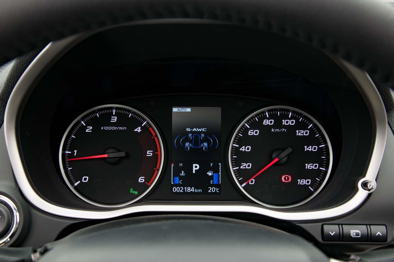 メーターパネルはセンターにインフォメーションディスプレイを備えた2眼式。ディーゼルモデルのエンジン回転計のレッドゾーンは6400rpmから。