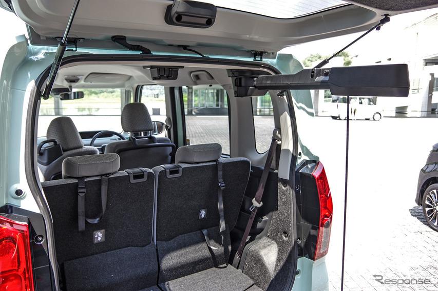 ダイハツ タント 新型の回転シート車が装備する「パワークレーン」
