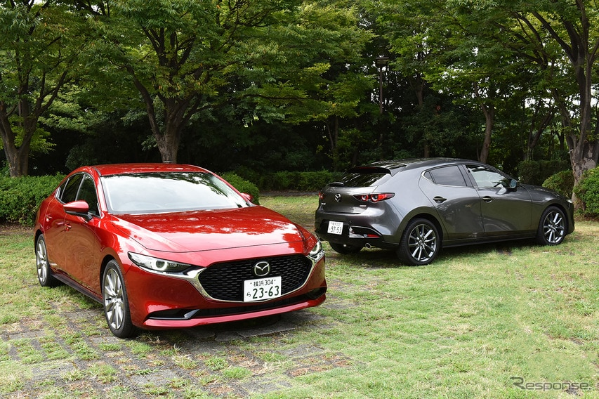 マツダ3 新型 セダン(左手前)とマツダ3 新型 ファストバック(右奥)