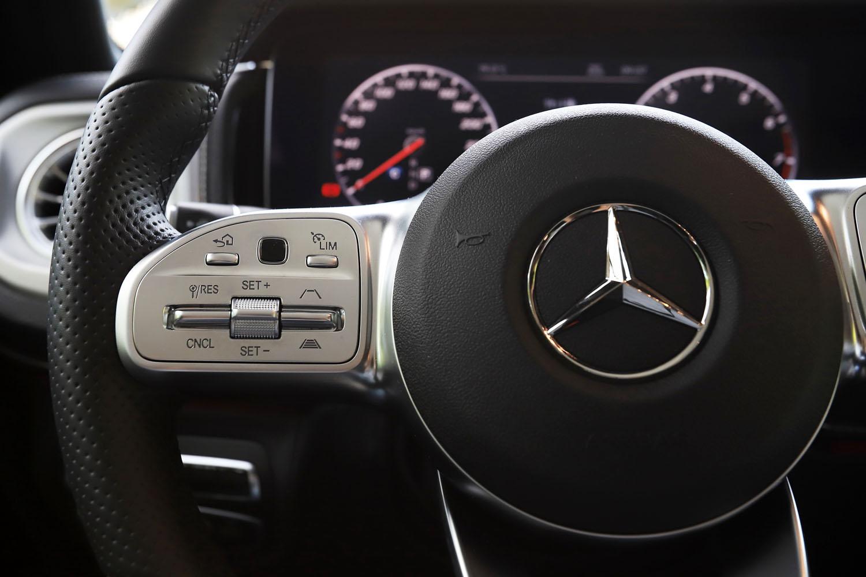 充実した運転支援システムも現行型「Gクラス」の特徴。操舵支援機能付きのアダプティブクルーズコントロールや、縦列駐車、並列駐車の双方に対応したパーキングアシストなどの機能が搭載される。
