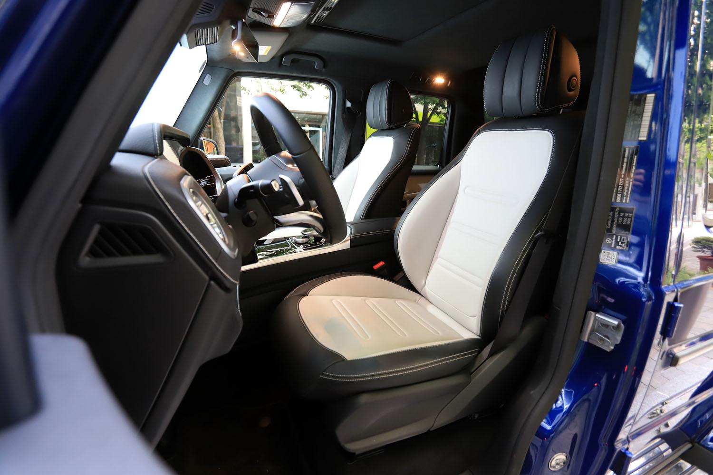 コントラストステッチ入りの上質なレザーシート。「Gクラス」の試乗車には、インテリアの質感を一層高める「designoレザーエクスクルーシブパッケージ」が採用されていた。