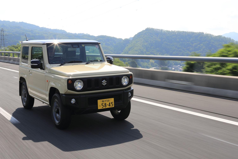 現行型「ジムニー」の車両重量は、MT仕様で1030kg、AT仕様で1040kg。2.5tを超える「Gクラス」の4割程度しかない。