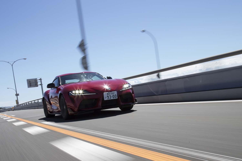 新型「スープラ」の足まわりの構造は共同開発された「BMW Z4」と変わらないが、サスペンションのセッティングは異なる。今回試乗した「SZ-R」グレードには、走行モードや路面状況に応じて足まわりの減衰力を最適に制御する「アダプティブバリアブルサスペンションシステム」が搭載される。