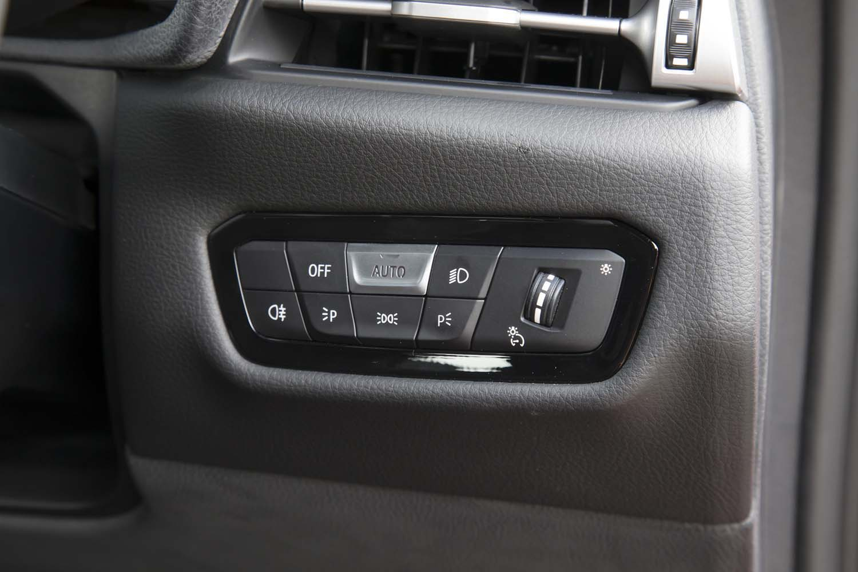 ヘッドランプのオン/オフはボタン式。ここでもBMW車のシステムがそのまま流用されている。