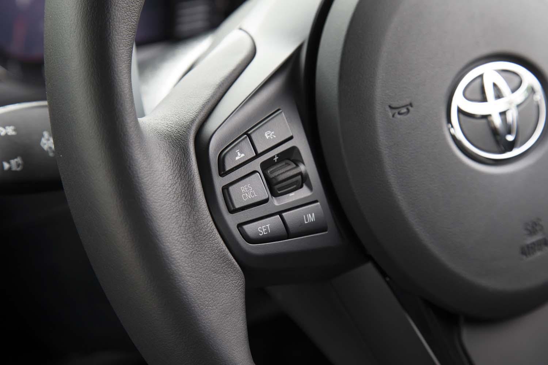 新型「スープラ」はすべて、全車速追従機能付きの「レーダークルーズコントロール」を装備する。その操作スイッチはステアリングホイールの左側スポークに並ぶ。