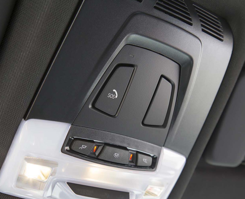 """新型「スープラ」では、トヨタが提供するさまざまなコネクティッドサービスが利用できる。万が一の事故や急病の際は、室内天井に備わる""""SOSボタン""""(写真)でオペレーターを呼び出し、援助を要請することも可能。"""