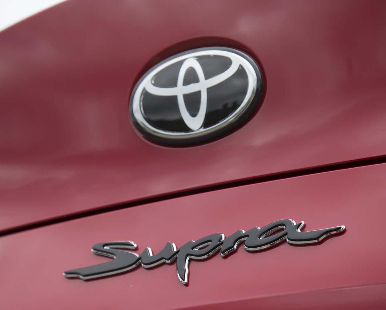 リア中央に配されるエンブレム。毛筆を思わせる「Supra」の車名ロゴが個性的。