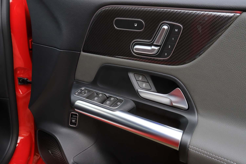 ドアパネルに配置されたスイッチ類。シートヒーターのスイッチも、この中に配置されている。