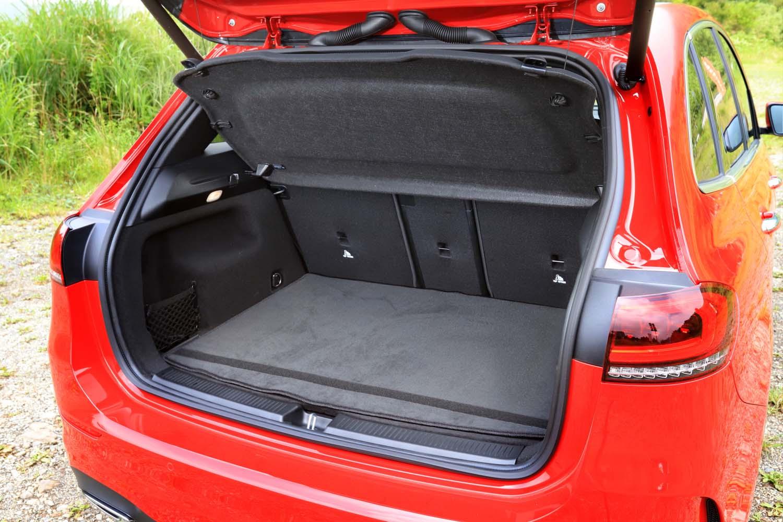 荷室容量は、5人乗車の通常使用時で455リッター。荷室床面の高さは2段階に調整できる。