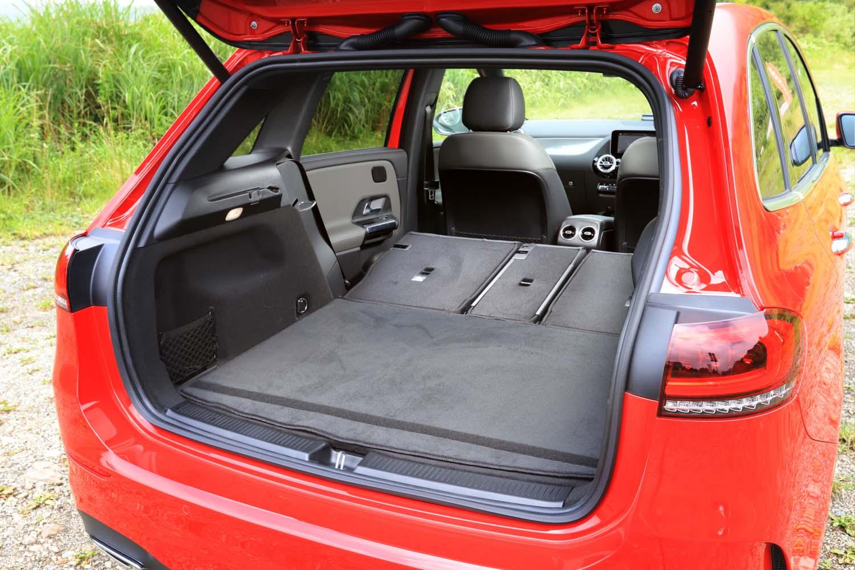 後席の背もたれをすべて倒したところ。フルフラットにはならないが、荷室容量を1540リッターに拡大できる。