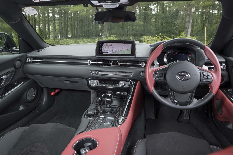 「イグニッションレッド」の内装色は「RZ」専用。エアコンの操作パネルの形状やセンタースクリーンの位置など、「BMW Z4」とはかなり違ったつくりになっている。
