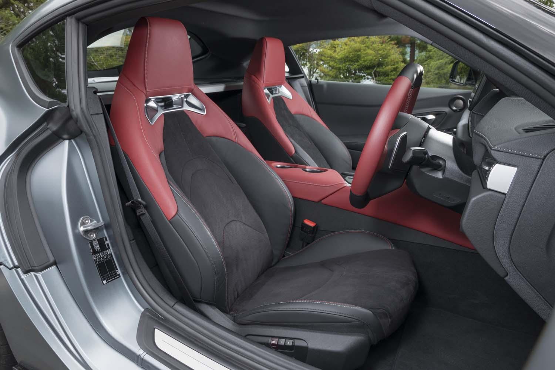 「RZ」にはアルカンターラと本革のコンビシートが標準装備。オプションでブラックの本革シートも用意されている。