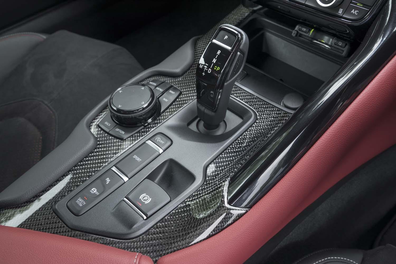 ローンチコントロール機能を備えた8段のトルコン式ATを採用。シフトセレクター前方の小物入れの上にはETC車載器が装着されているが、この使い勝手はいまひとつだった(「BMW Z4」のETC車載器はルームミラーに内蔵)。