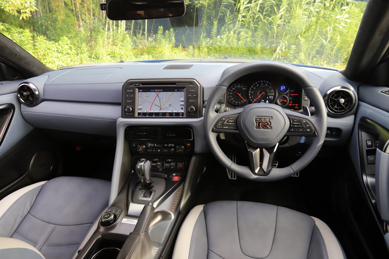 今回の試乗車は「GT-R」の誕生50周年を記念した「50th Anniversary」。インテリアにはミディアムグレーの専用内装色が用いられている。